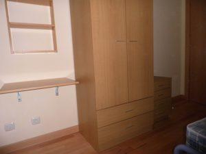 armario en dormitorio