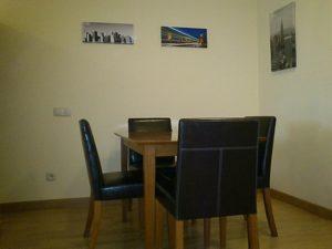 decoracion de mesa con sillas y laminas