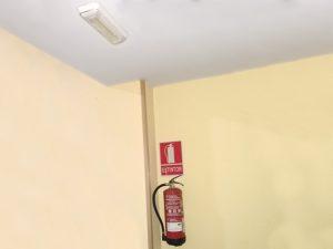 extintor con placa y emergencia
